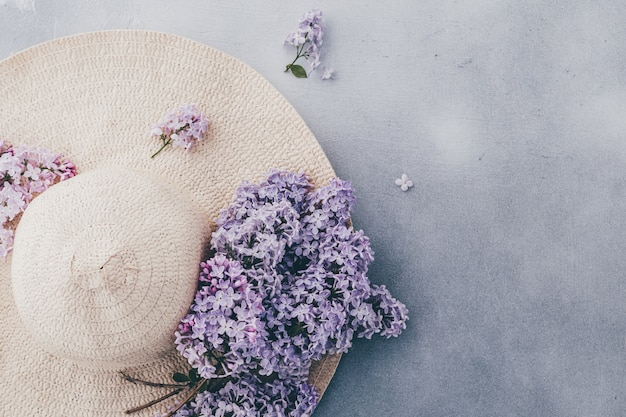 Женская летняя шапка с ленточкой и букетом сиреневых цветов