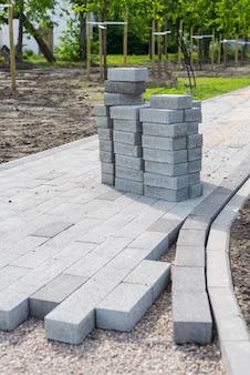 Декоративное создание тротуара с брусчаткой, кирпичной кладкой