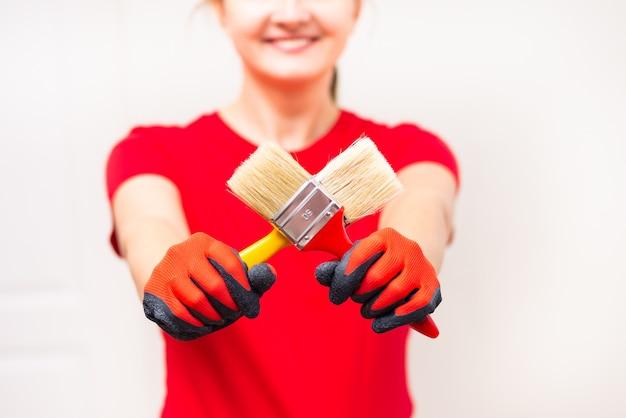 家の修理を開始するペイントブラシを保持している女性