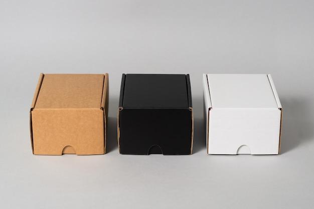 分離された黒、茶色、白の段ボール箱のセット