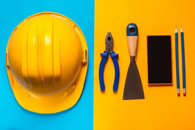 Строительные инструменты на цветном фоне