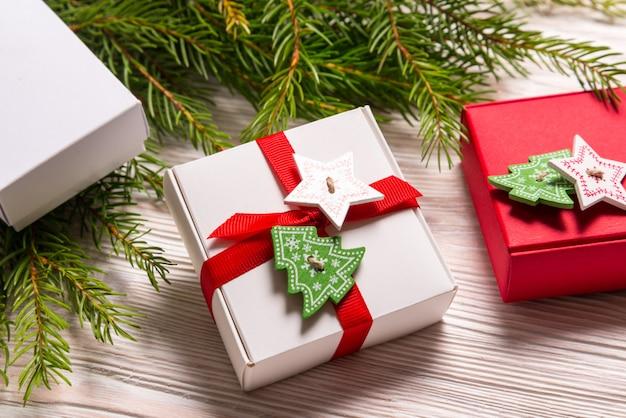 木製の背景にクリスマスギフトボックス