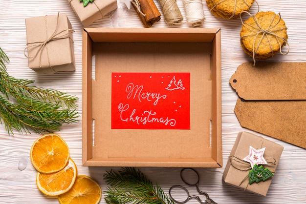 Пустая картонная коробка, рождественская концепция