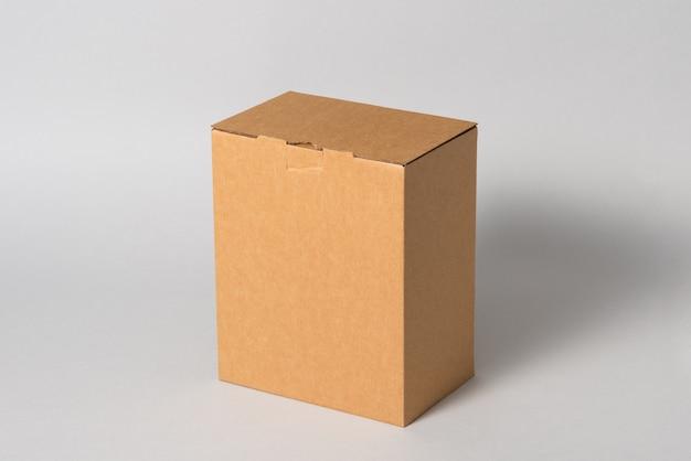 分離された茶色の段ボール箱