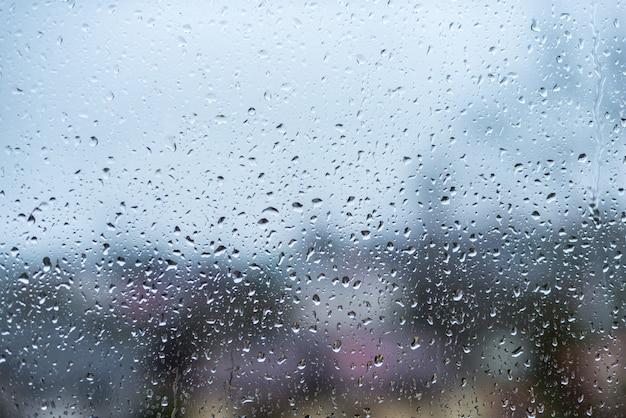窓ガラスに水滴