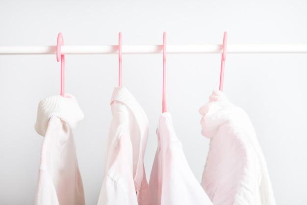 Разная одежда на вешалке, концепция образа жизни