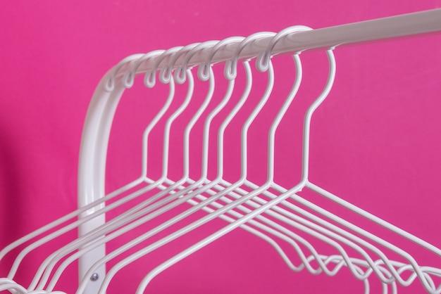 Пустые металлические вешалки на стойке