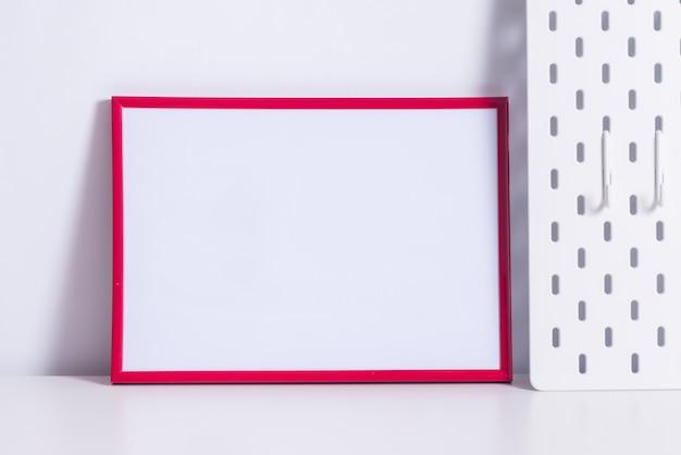 白いテーブルに赤いフォトフレーム