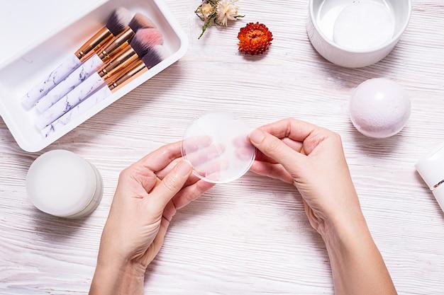 Глазная повязка в женских руках деревянный стол