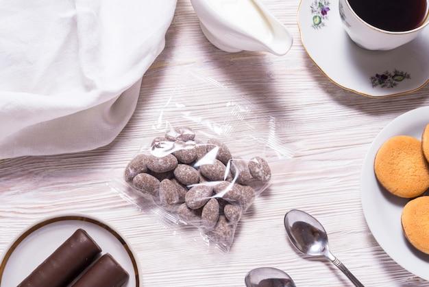 木製のテーブルの上の透明な袋にチョコレート菓子のアーモンド