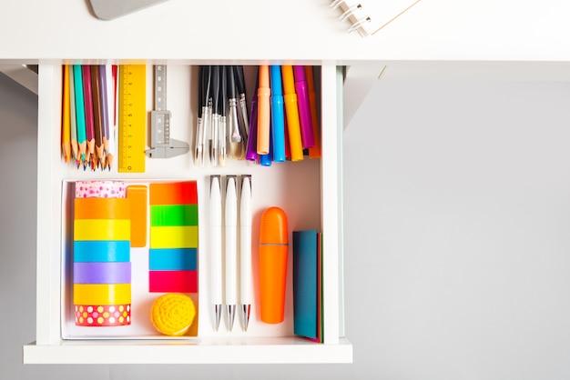 Раскрытый офисный ящик с письменным столом