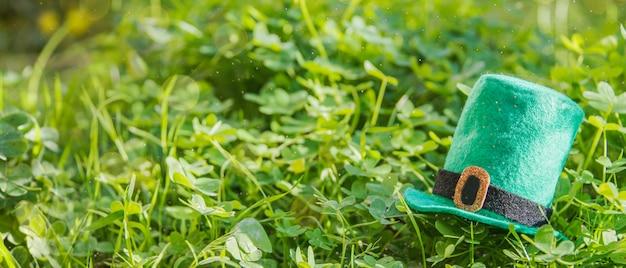 幸せな聖パトリックの日。緑の草の背景