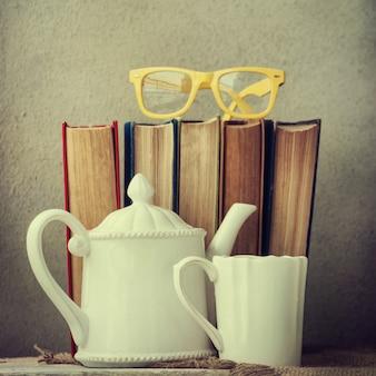本、グラス、お茶