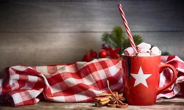Деревенский новогодний фон с горячим шоколадом с зефиром