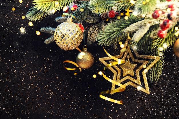 クリスマスの背景、クリスマスの飾りとクリスマスツリーブランチ
