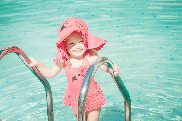 Маленькая милая девушка в бассейне
