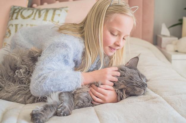 Девушка обнимает свою кошку