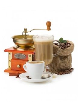 Чашка кофе и бобы на белом