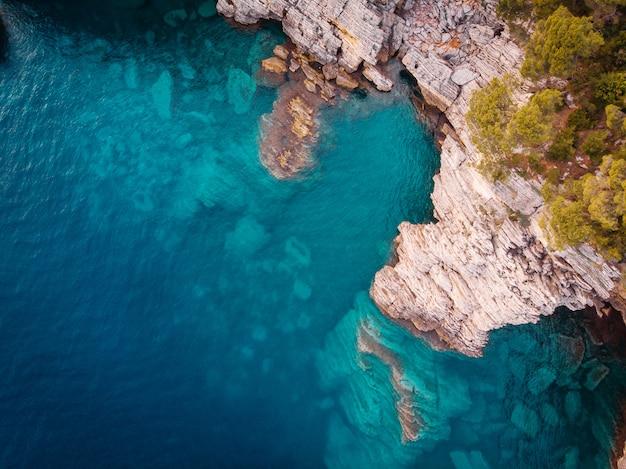 Вид с воздуха на скалистом берегу адриатического моря