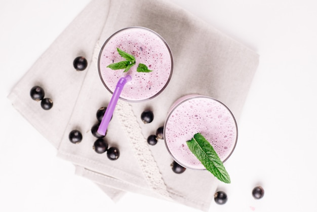 Холодный молочный коктейль с черной смородиной