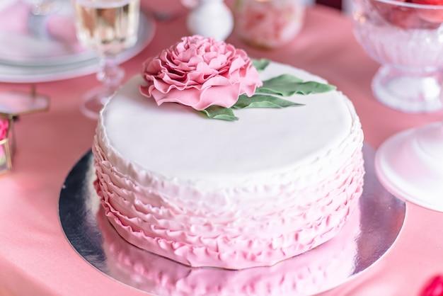 Розовый свадебный торт