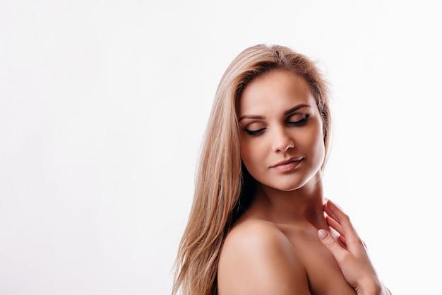 Красивая женщина со светлыми волосами
