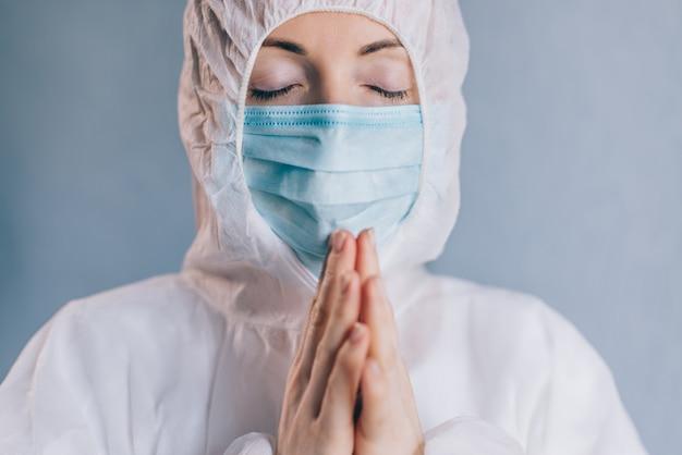 Женщина-врач молится. закройте
