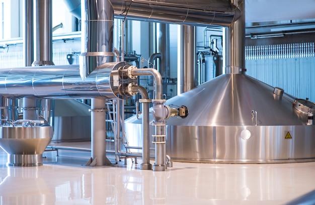 Резервуары для хранения пива. современное пивоваренное производство.