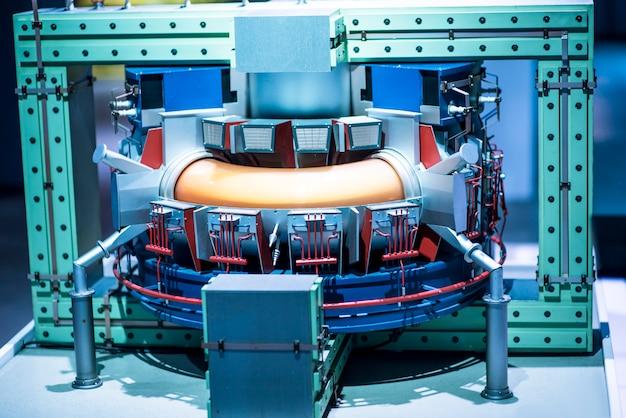 発電所の修理中の発電機と蒸気タービン