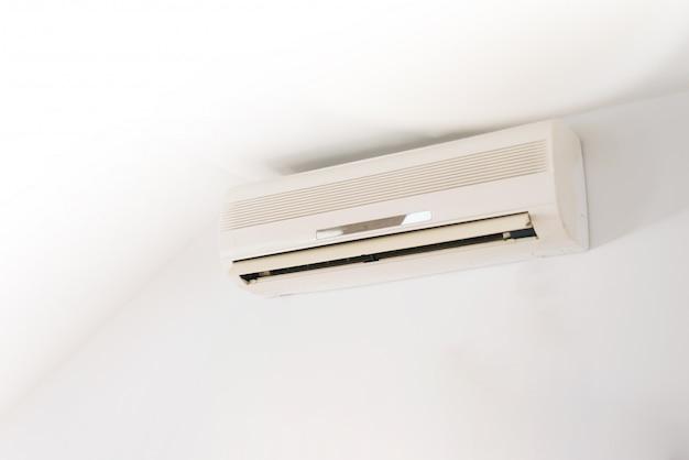 エアコン付きのきれいな白い部屋の写真。夏の日は涼しくなります。