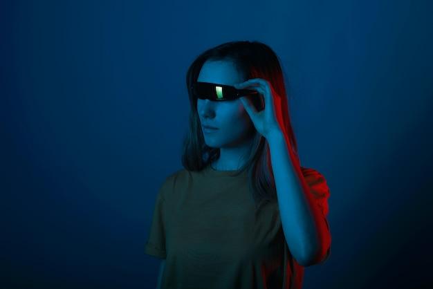Портрет молодой женщины битник в футуристических очках
