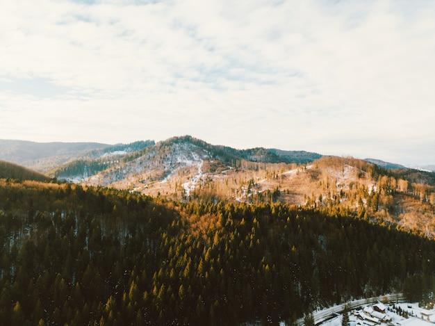 晴れた日の山の空撮