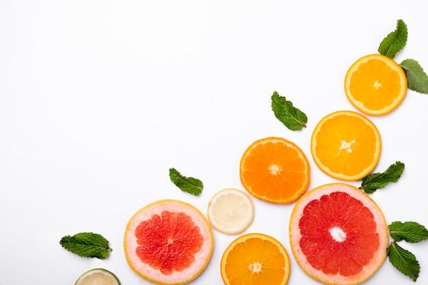 テキストの背景に新鮮なフルーツグレープフルーツの空き容量
