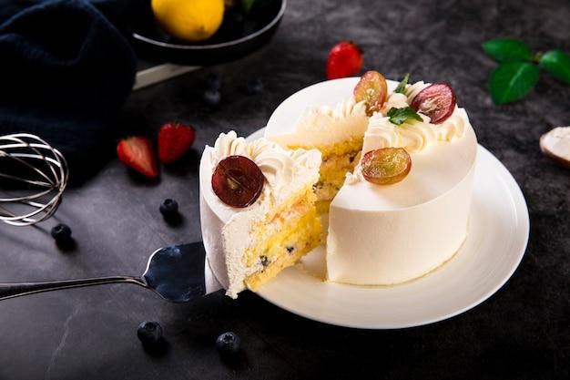 Вкусный сливочный пирог с ягодами на роскошном черном столе