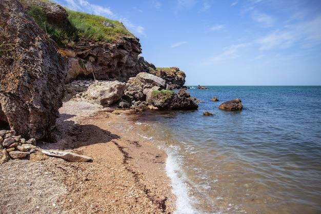 Скалистая береговая линия. морской пейзаж, скалы, волны разбиваются о берег. скалистое побережье. концепция путешествия.