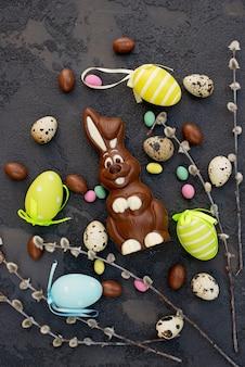 おいしいチョコレートイースターのウサギと卵。イースター、おめでとう。