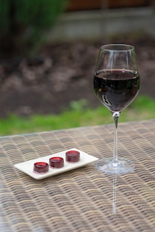 Стакан конфет красного вина и мармелада вина на столе. домашний мармелад.