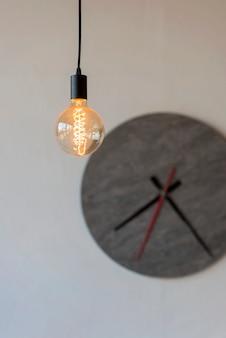 Навесная современная лампа на серых настенных часах. дизайн интерьера. , ,