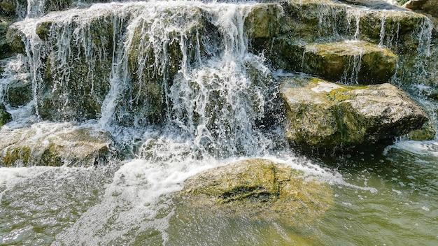滝と小さな岩の静かな背景