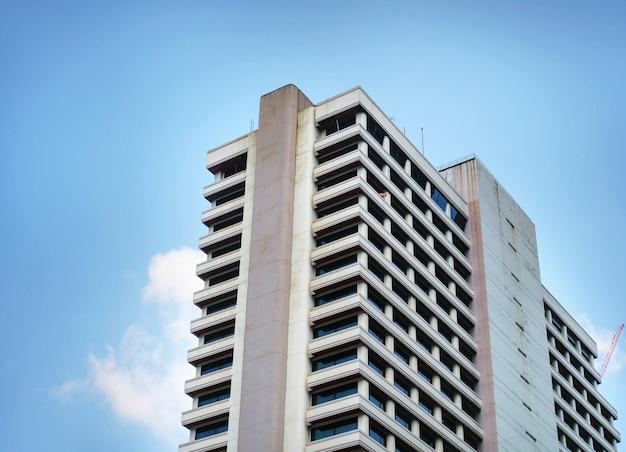 青い空を背景の建物の低角度のビュー