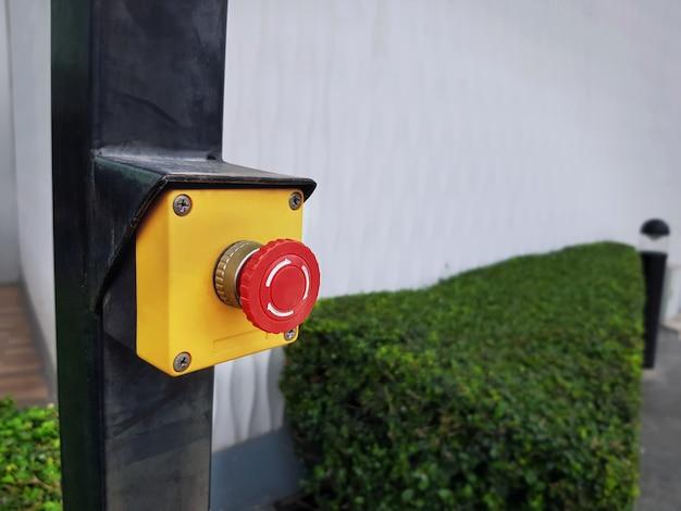 黄色のボックスにクローズアップの赤い緊急プッシュボタン