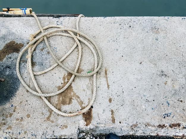 Высокий угол обзора старой веревки, петля на полу