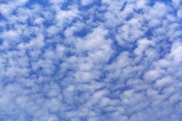 青い曇り空のフルフレームの背景