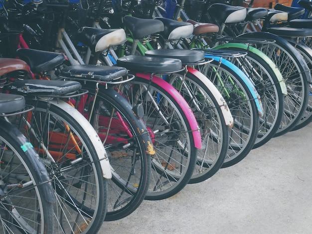 カラフルな自転車の路上駐車場の行の背面図