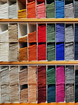 衣料品店で棚に積み上げカラフルな靴下