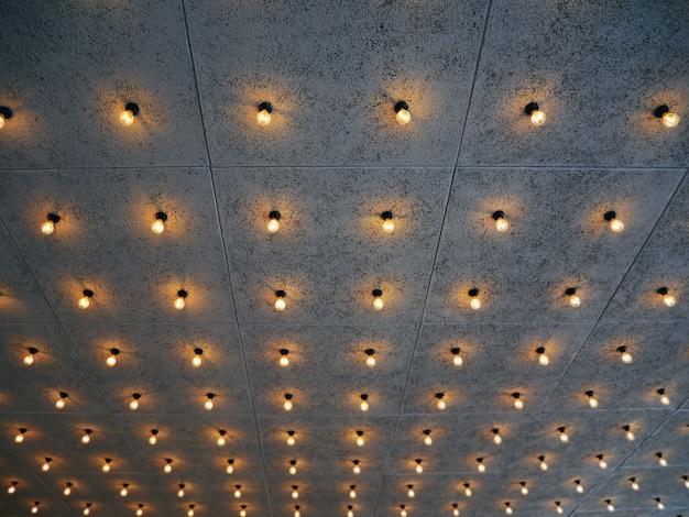 照らされた装飾的な電球のフルフレームの背景