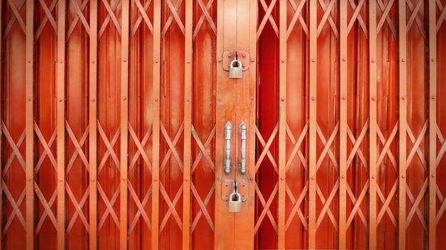 Оранжевая раздвижная дверь надежно заперта с двойными замками