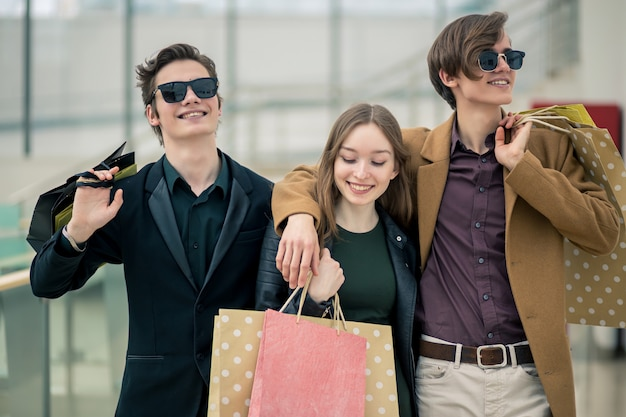 ショッピングの人々のグループ