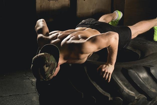 タイヤフィットネストレーニングの運動を押し上げる