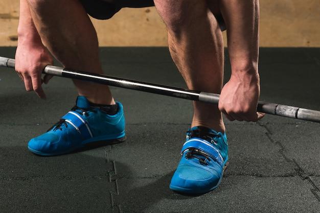 ハンサムな重量挙げのバーベルのトレーニングの準備